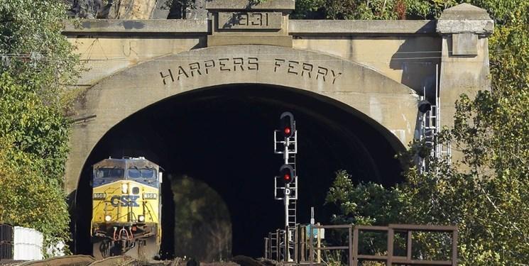 سقوط واگن های قطار در رودخانه در آمریکا