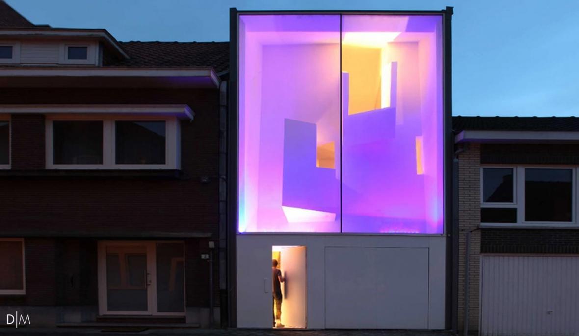 خانه ای مدرن که با رنگ های متفاوت نورپردازی می گردد