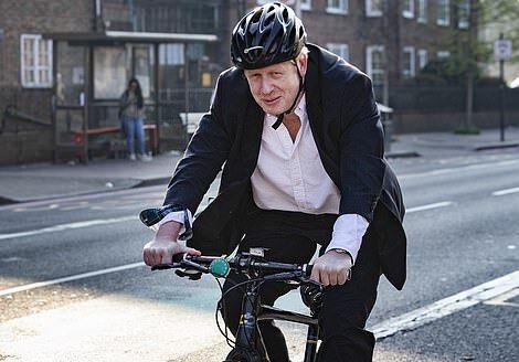 دوچرخه سواری نخست وزیر انگلیس در اوج قرنطینه (عکس)