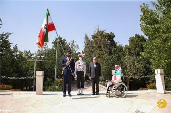 (عکس) تحویل پرچم ایران در المپیک به صمد نیکخواه بهرامی